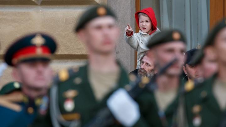 Денис, помаши маме ручкой: ищите своих сыновей и родных на фотографиях с репетиции парада в Волгограде