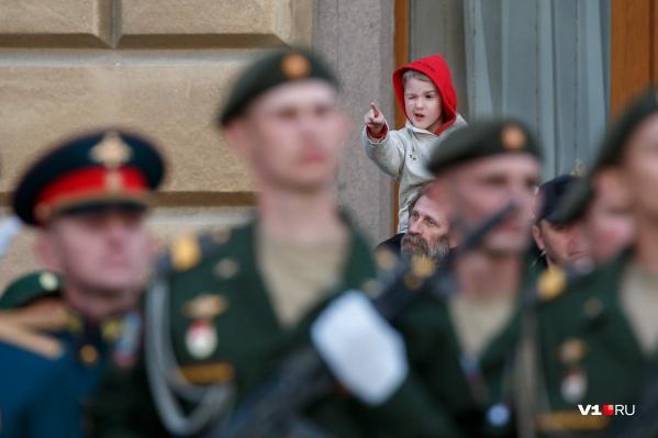 Зрителям репетиции разрешили посмотреть на марширующих солдат и офицеров