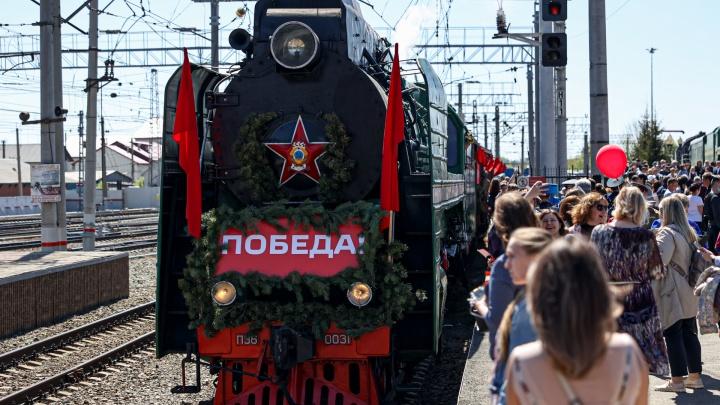На железнодорожном вокзале Челябинска встретили «Поезд Победы». Очень трогательно