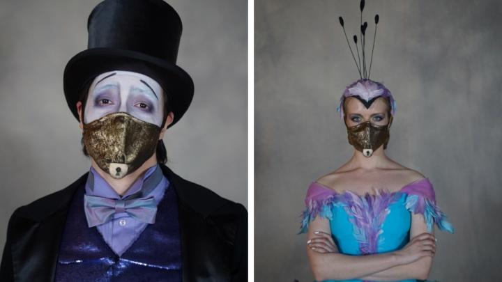 В честь премьеры НОВАТ нарядил артистов в золотые «медицинские» маски— посмотрите 4 эффектных фото