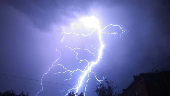 Чем опасен открытый зонт? Рассказываем, как спастись от удара молнии
