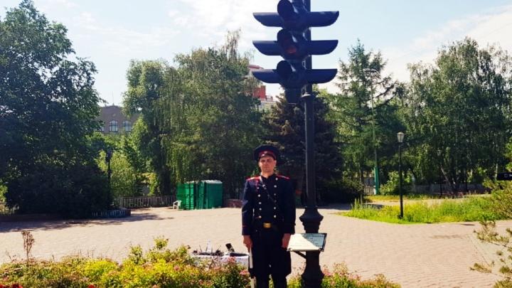 В Омске поставили памятник первому светофору