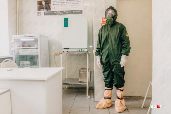 С больными коронавирусом врачи работают в костюмах химзащиты