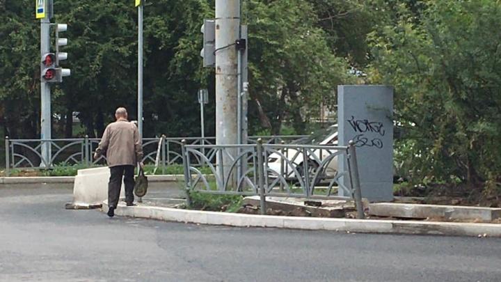 На Уралмаше построили пешеходный переход, ведущий в столб и забор: видео