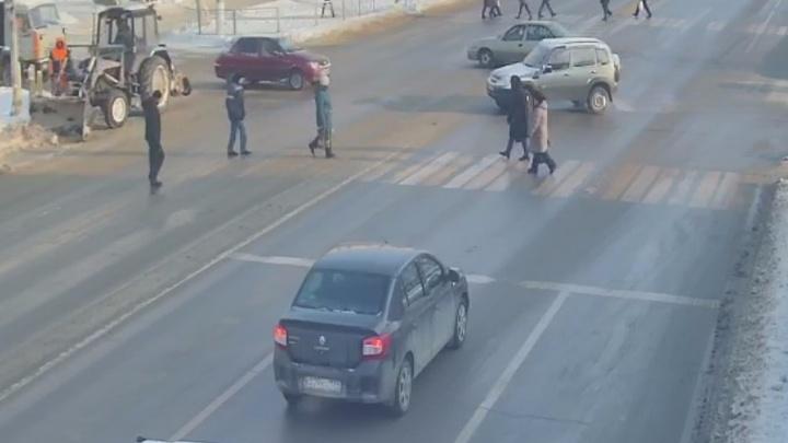 Лучше объезжать стороной: на Спартановке из-за коммунальной аварии дорога превратилась в каток