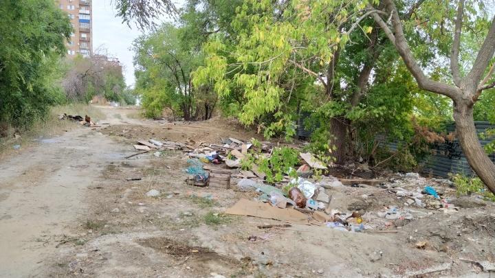 «Было плохо, стало хуже»: на севере Волгограда на месте снесенных гаражей образовалась свалка