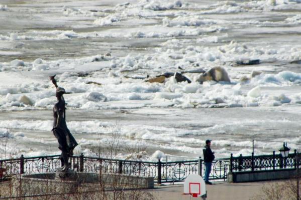 В воскресенье, 25 апреля, в Ханты-Мансийске начались первые подвижки льда на Иртыше