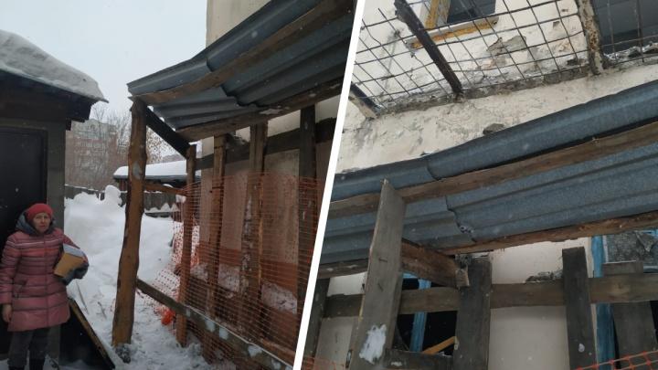 Возле двухэтажки на Толстого поставили забор— в мэрии заявили, что здание может внезапно обрушиться