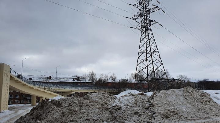 В Ярославле у Добрынинского моста свалили огромную кучу грязного снега