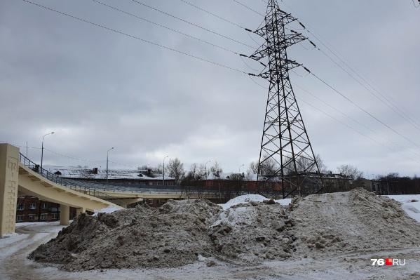 У Добрынинского моста лежит куча грязного снега