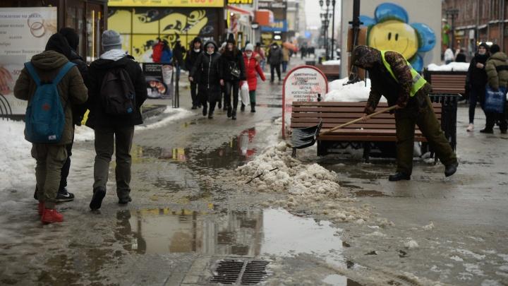 «Город превратился в большую комнату грязи». Показываем, что творится на улицах Екатеринбурга