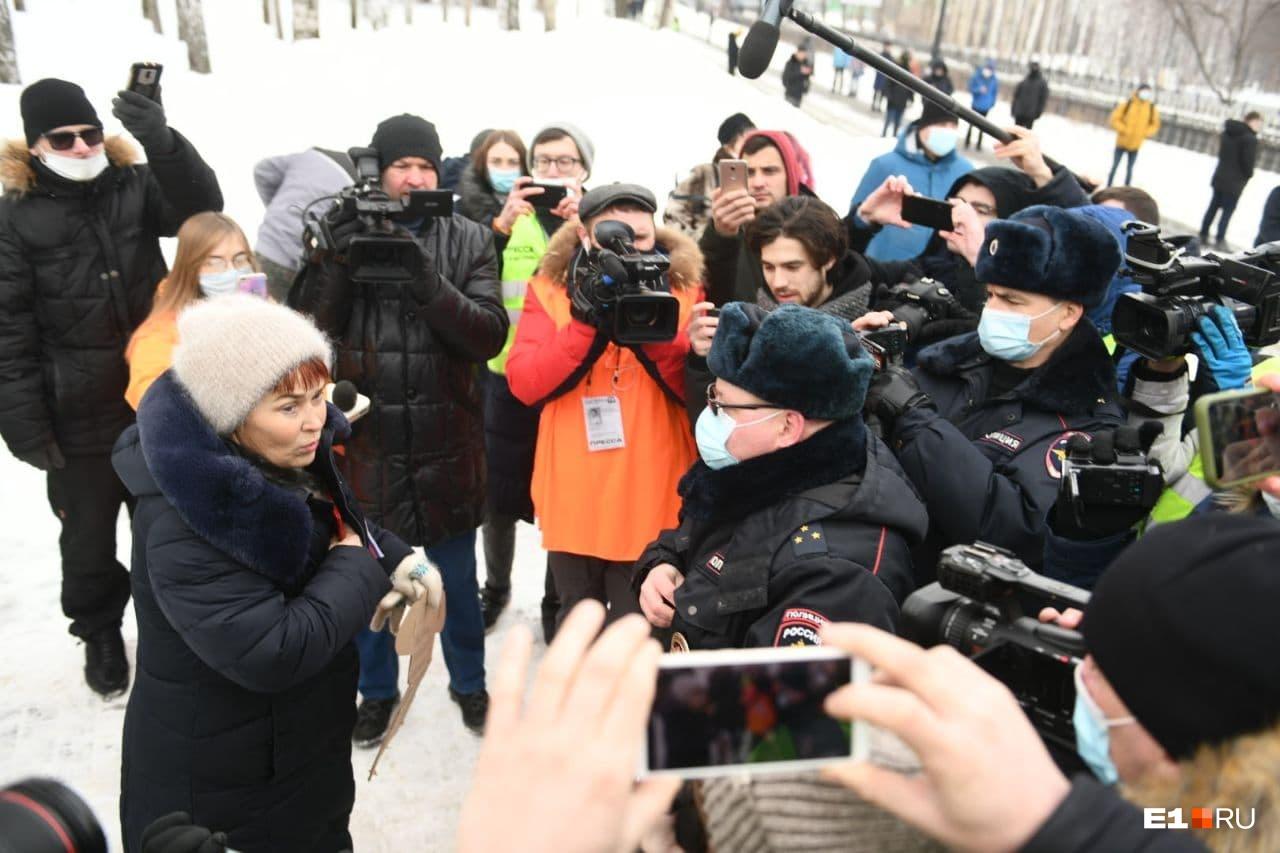 Под прицелом камер полицейский разъясняет женщине ее права