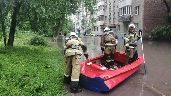 В Ростове дождь затопил подъезд девятиэтажки на Ленина. Спасатели добирались туда на лодке