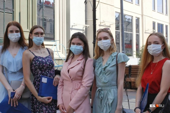 Некоторые прохожие даже на улице носят защитные маски
