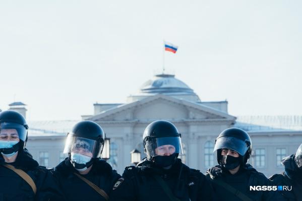 Полицейские образовали цепь и заблокировали путь протестующим