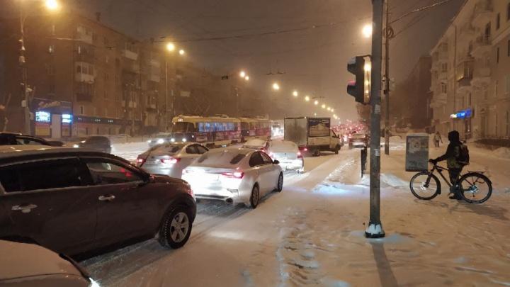 Пассажиры автобусов тонут в сугробах на остановках: онлайн-репортаж о непогоде в Екатеринбурге