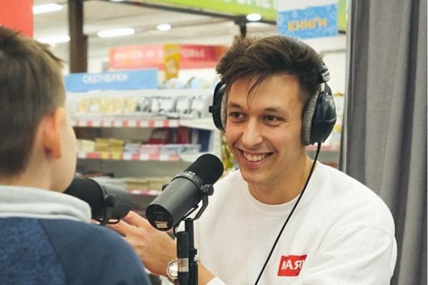 Антон продолжает жить и работать в Екатеринбурге, а в Москву ездит только на съемки шоу
