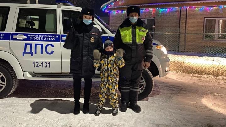 На Урале полицейские в честь праздника прокатили маленького мальчика на своей машине