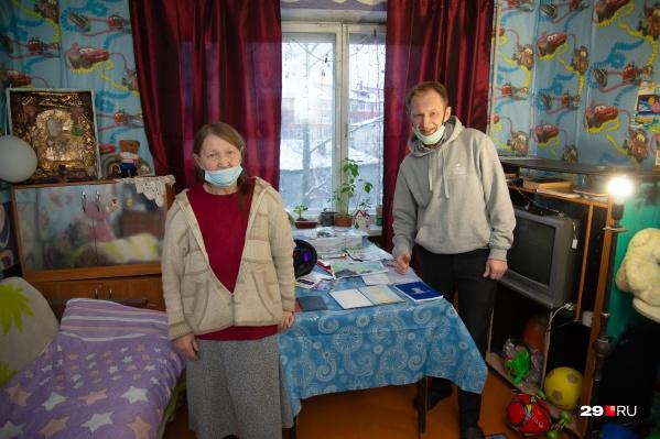 Дядя и бабушка подростка Никиты ждут его домой и стараются выполнить все, чтобы опека разрешила им его приютить