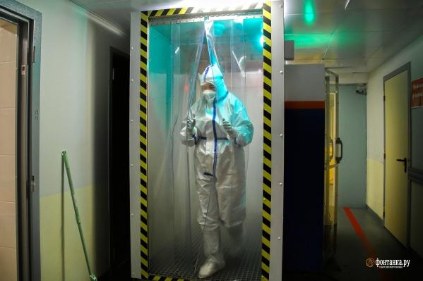 В жару +31 врачи работают в этих костюмах