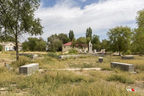 По словам селян, местная водонапорная башня оказалась в руках экс-депутата Набиева