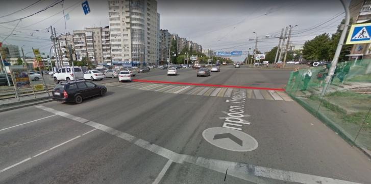 Toyota стояла в промежутке между стоп-линией и переходом. Граница перекрестка по скруглениям, согласно ПДД, проходит за пешеходным переходом. Мы обозначили ее красным. Въезд на перекресток на запрещающий сигнал светофора запрещен