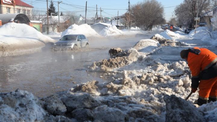 В Самаре затопило улицу Промышленности из-за прорыва водопровода