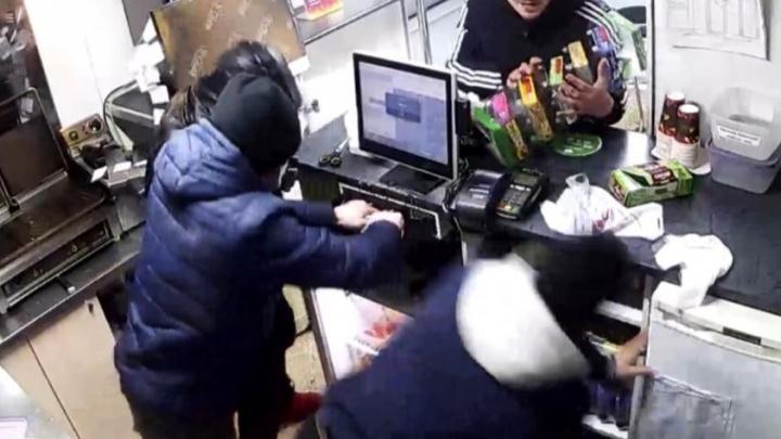 «Топтались на голове»: четверо напали на продавца Mgrill — в компании объявили награду за информацию
