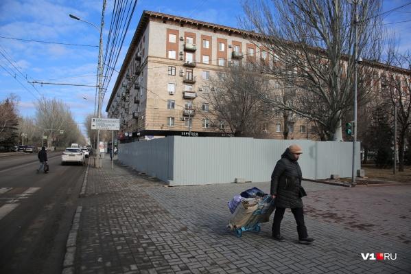 Участок под зданием обещают превратить в клумбу