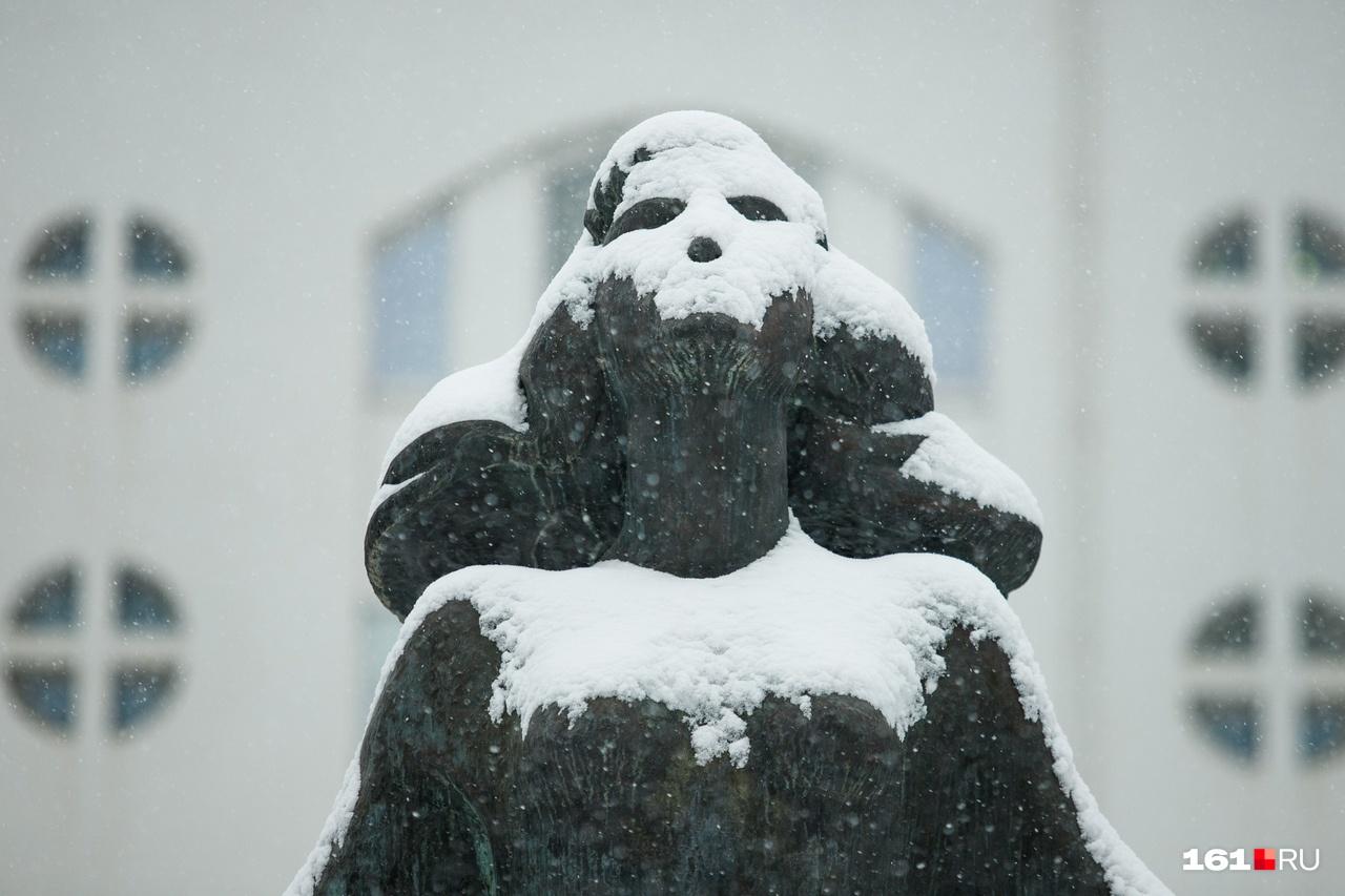 Памятник ростовчанке словно благодарит погоду за снежные хлопья
