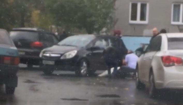 Автомобилистка сбила во дворе ребенка. Мальчика на скорой увезли в больницу