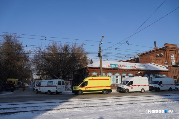 Корреспондент NGS55.RU насчитала больше десяти машин в очереди