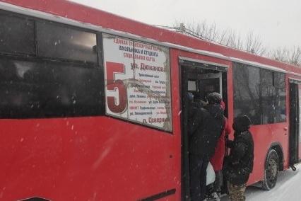 «Престиж профессии упал»: мэрия и перевозчик объяснили, почему люди не могли влезть в автобус на Фадеева в час пик