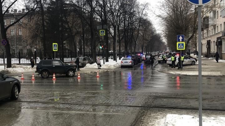 «Ребенок пострадал, 73-летняя пассажирка в коме». В центре Екатеринбурга столкнулись «Нива» и Toyota