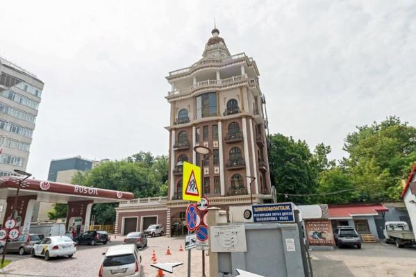 Здание, куда пришли полицейские, находится в самом центре города