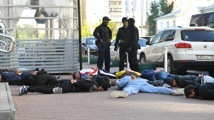 Силовики в центре Екатеринбурга задержали криминальных авторитетов на сходке. Главные кадры спецоперации