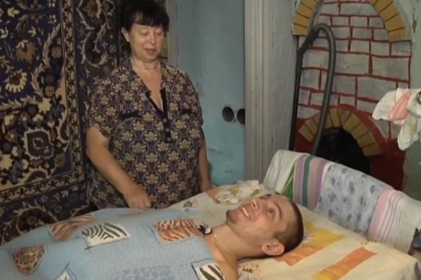 За молодым парнем, прикованным к кровати после аварии, начала ухаживать чужая женщина
