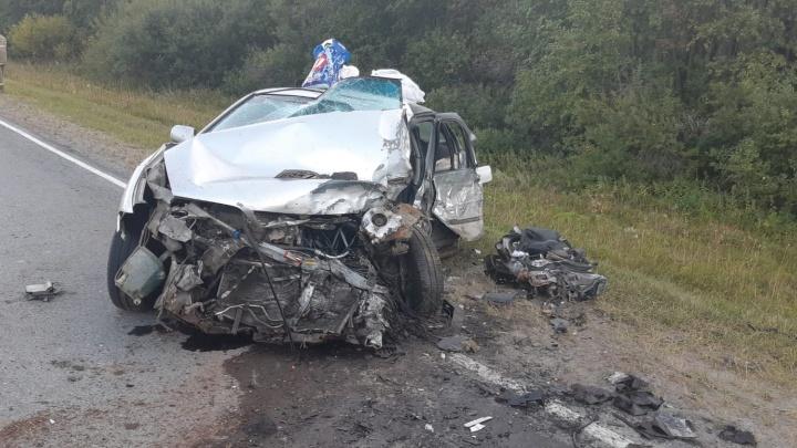 В Свердловской области в ДТП погиб пассажир праворульного Nissan, который влетел в грузовик