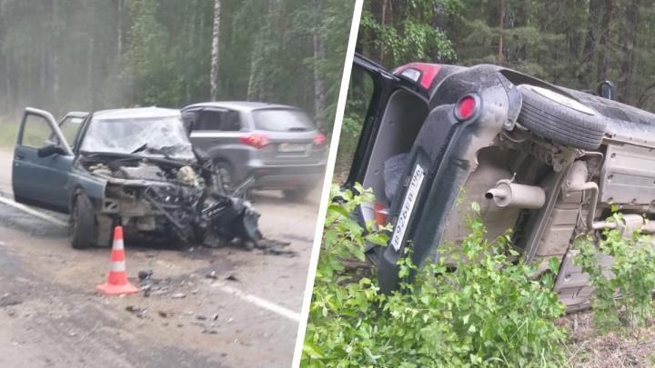 «Машина улетела в кювет и перевернулась». На дороге под Екатеринбургом пьяный водитель ВАЗ устроил лобовое ДТП