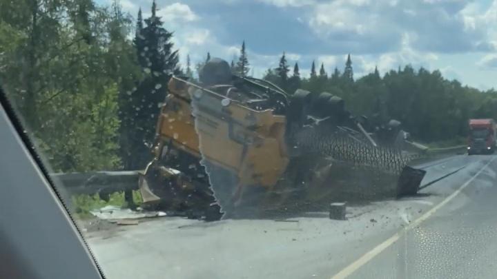 Грузовик перевернулся после столкновения с «Ладой» на трассе М-5 в Челябинской области. Возникла пробка