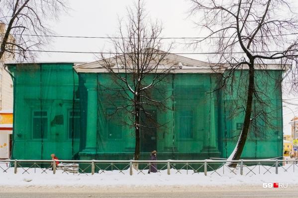 На здании клуба МВД со стороны улицы Луначарского появилась сетка