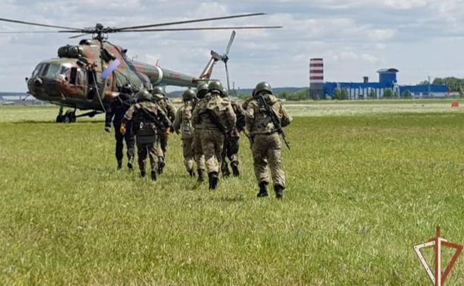 В Екатеринбурге сняли на видео, как бойцы ОМОНа десантируются из вертолета без парашютов. Что это было?