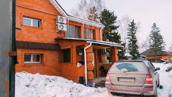 Шесть выстрелов и телефон в руке: подробности убийства омского бизнесмена во дворе собственного дома
