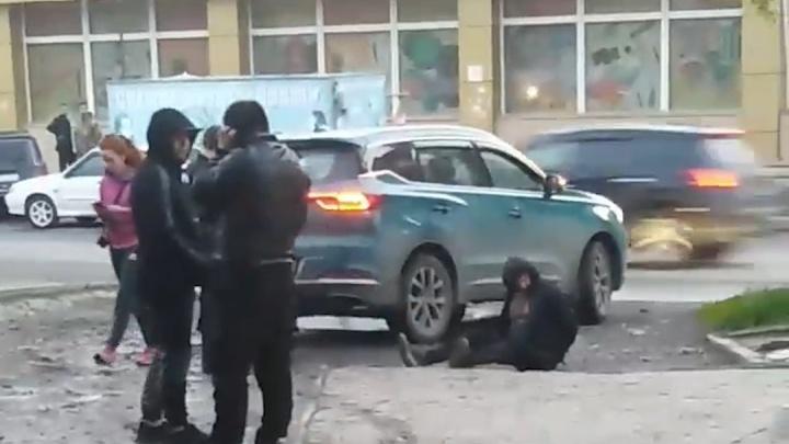 «Две машины просто не могли проехать, и из-за этого случилась драка»: на Затулинке произошел конфликт из-за парковки