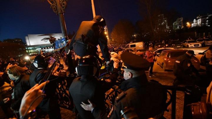 «Полиция фантастически переобулась». Силовики задержали организаторов митинга в Екатеринбурге и составили на них протоколы