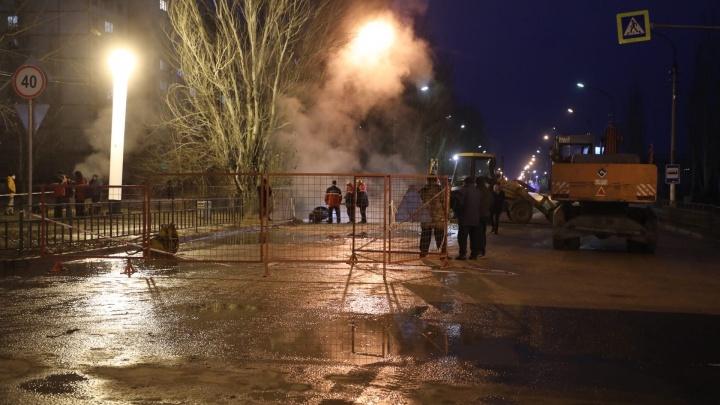 В Волжском на месте коммунальной аварии, где погибли люди, вновь затопило улицу