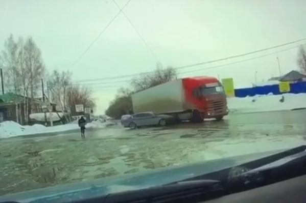 Легковой автомобиль врезается в грузовик