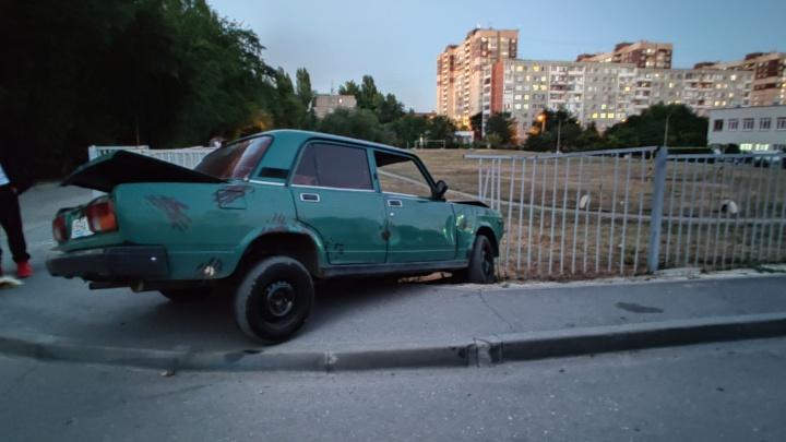 Пробил колесо и испугался: в Волгограде полиция задержала юного водителя ВАЗа, влетевшего на школьный двор