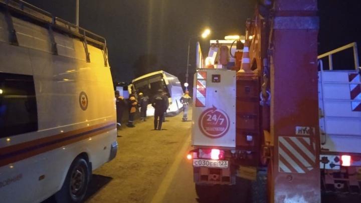 В Краснодаре автобус с 38 людьми объезжал пробку по обочине и застрял
