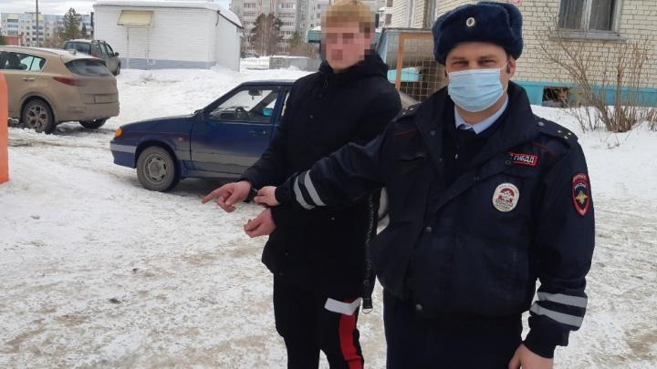 На Урале парень поссорился с родителями и решил угнать машину. Момент задержания попал на видео